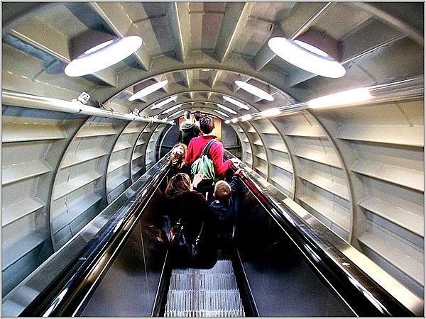 Эскалатор в соединительном коридоре Атомиума