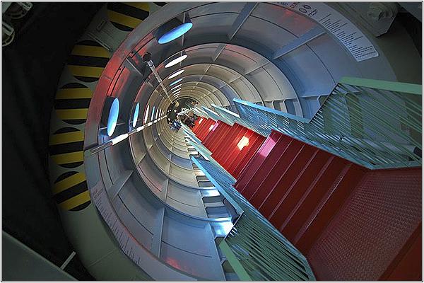 Лестница в соединительном коридоре Атомиума