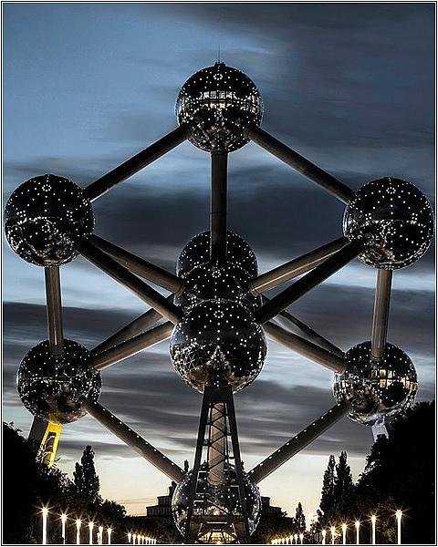 Атомиум с ночной подсветкой