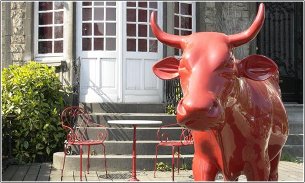 Корова у входа в Monty Small Design Hotel