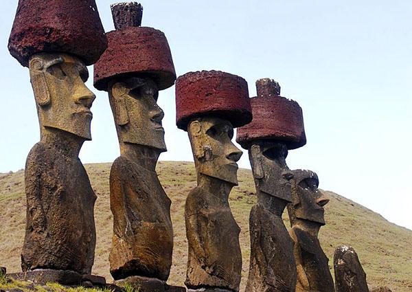 Моаи в красных шапках