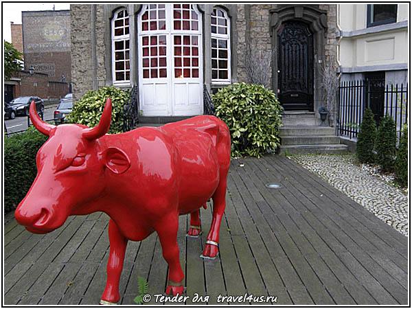 Красная корова на входе в отель