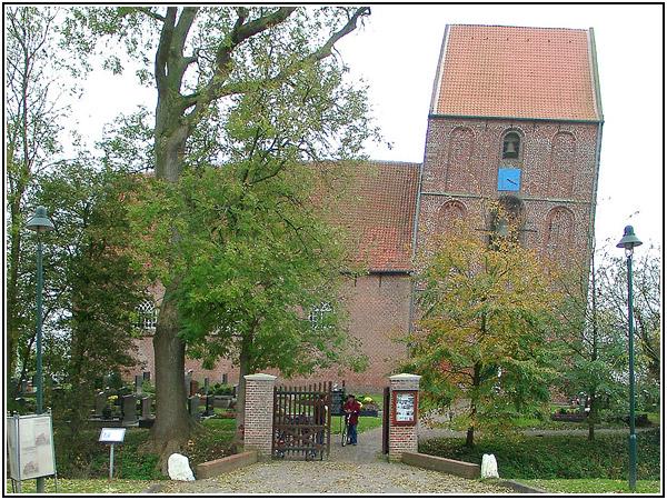 Падающая колокольня церкви в деревушке Зуурхузен