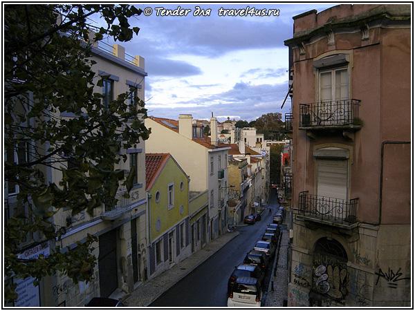 Одна из узких улочек Лиссабона