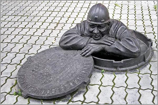 Памятник слесарю-сантехнику в Екатеринбурге