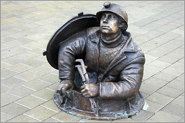 Памятник слесарю-сантехнику в Москве