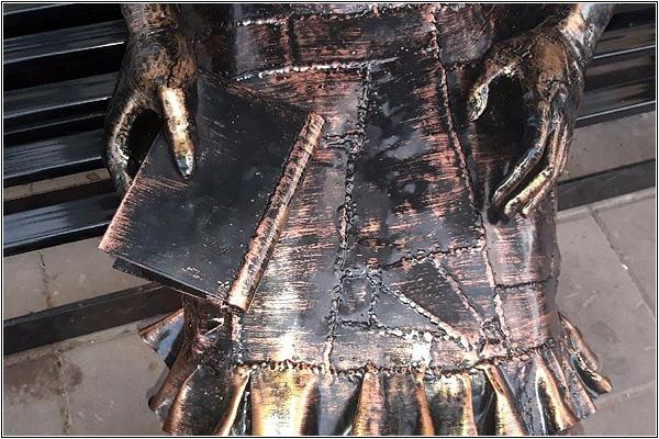 Сварные швы на платье книжной дамы