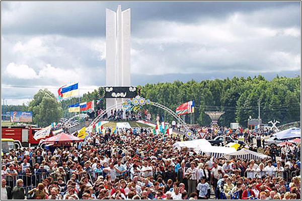 Фестиваль «Славянское единство» у Монумента Дружбы «Три сестры»
