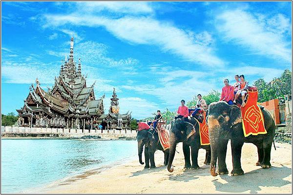 Катание на слонах у Храма Истины