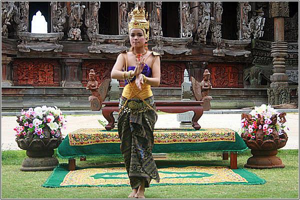 Тайские национальные танцы в Храме Истины