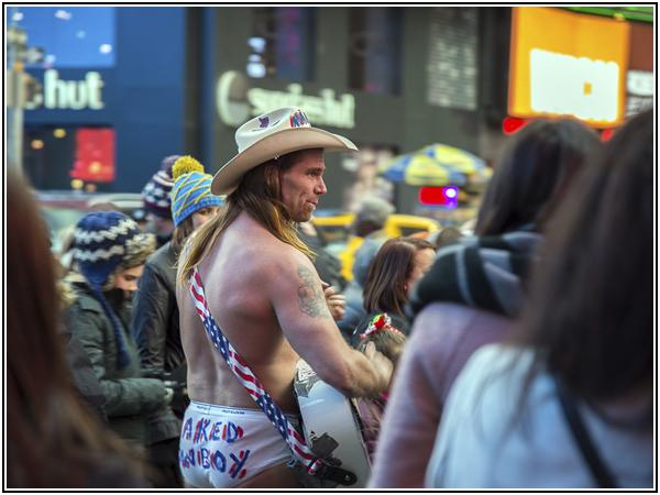 Голый ковбой на Таймс-сквер