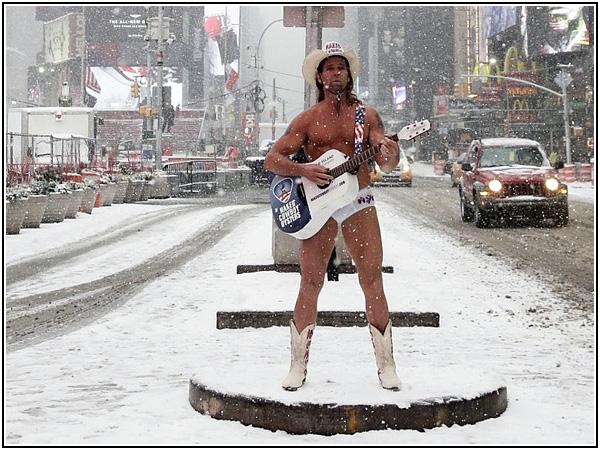 Голый ковбой в заснеженном Нью-Йорке