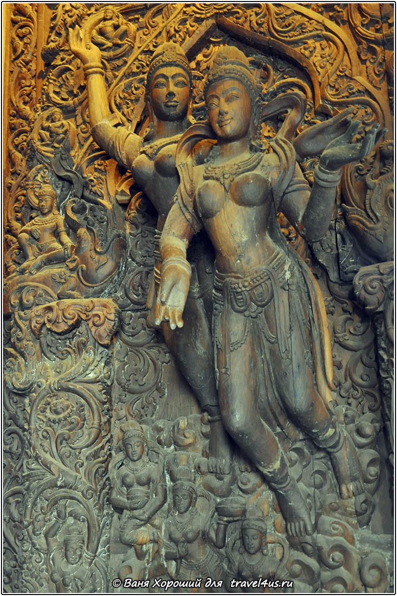 Деревянные скульптуры в храме