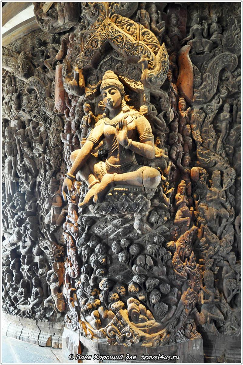 Деревянные скульптуры в Храме Истины