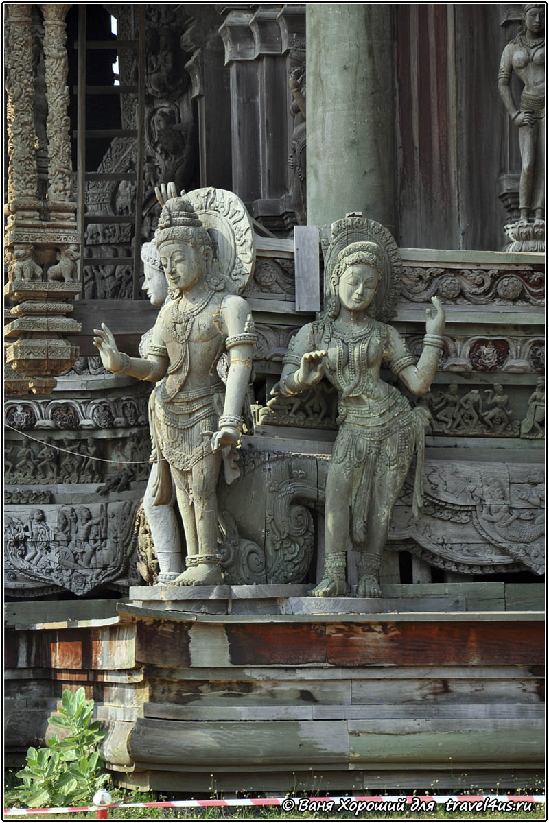 Деревянные скульптуры божеств