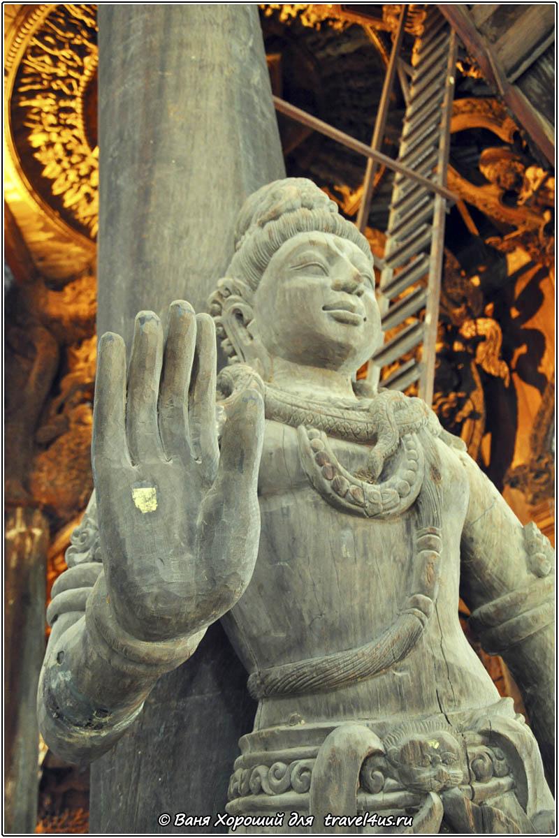 Большая деревянная статуя в Храме Истины