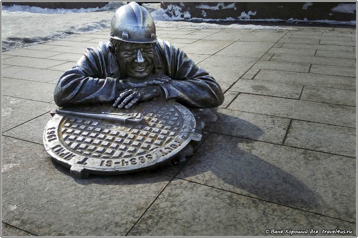 Памятник слесарю-сантехнику в Омске